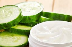 This article teaches you how to make your own anti-wrinkle mask. Cucumber On Eyes, Cucumber Mask, Avocado Face Mask, Homemade Moisturizer, Anti Aging Moisturizer, Skin Care Remedies, Natural Remedies, Masque Anti Ride, Creme Anti Rides