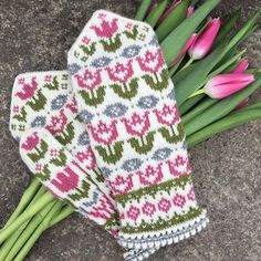 Knitting Patterns Mittens Ravelry: Hippa Tulippa pattern by JennyPenny — The pattern is available in swedish and will be in . Knitted Mittens Pattern, Crochet Mittens, Knitted Gloves, Knit Crochet, Knitting Charts, Knitting Patterns Free, Knitting Socks, Hand Knitting, Knitting Designs