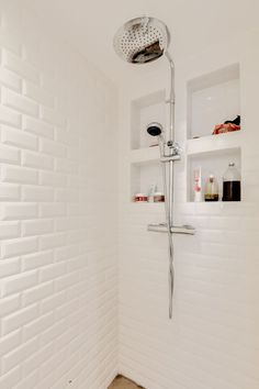 [En vidéo] In Belleville, a poetic and colorful apartment - Clever storage niches in the shower optimize space - Bathroom Niche, Simple Bathroom, Wicker Bathroom Storage, Niche Decor, Colorful Apartment, Modern Sink, White Sink, Decorative Storage, Closet Storage