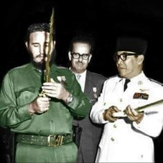 President Soekarno giving a Kris to Fidel Castro, 1960 Indonesian Independence, Rare Images, Fidel Castro, Historical Pictures, Founding Fathers, Us Presidents, Special People, My Idol, The Past