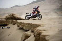 """Doar cateva ore pana la startul celui mai dur raliu al lumii: Dakar! Anul acesta Dakar-ul se va intinde pe o distanta de 8.423 de kilometri la clasa moto, intrand direct """"in pita"""" cum spune o vorba din Ardeal, adica pilotii vor intra chiar din prima zi in"""
