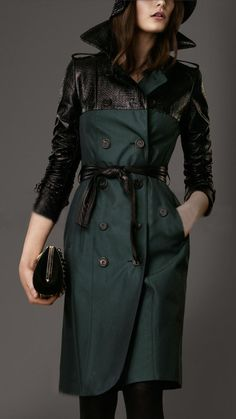 Burberry - Long Textured Patent Panel Trench Coat in racing green. Raincoat Outfit, Hooded Raincoat, Mode Kimono, Mode Mantel, Burberry Trench Coat, Raincoats For Women, Coat Patterns, Mode Hijab, Autumn Fashion