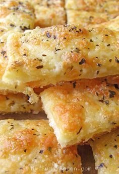 Easy Cheesy Garlic Breadsticks - Sugar Apron - Kochen - Easy Cheesy Garlic Breadsticks recipe using prepared pizza crust, Mozzarella and Parm cheese, basil - Think Food, I Love Food, Good Food, Yummy Food, Cheesy Garlic Breadsticks Recipe, Garlic Cheese Bread, Breadstick Recipe, Fingers Food, Garlic Fingers