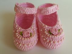 Crochet Child Booties pink sandal with pearls and mine rosinha Crochet Baby Booties Supply : sandália rosa com pérolas e mine rosinha. Knit Baby Shoes, Crochet Baby Boots, Crochet Baby Sandals, Booties Crochet, Baby Girl Crochet, Crochet Shoes, Crochet Slippers, Baby Girl Shoes, Love Crochet