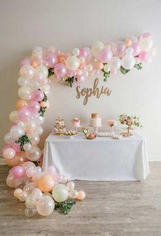 Mesa simples com decoração de bexigas