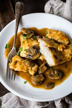 Enjoying this delicious homemade Chicken Marsala doesn't require a restaurant trip, only 25 minutes of your time and a handful of ingredients found at home! Weight Watchers Chicken Marsala Recipe, Cream Sauce Pasta, Ravioli Sauce, Cooking Recipes, Healthy Recipes, Yummy Recipes, Recipe Tasty, Recipe Box, Italian Recipes
