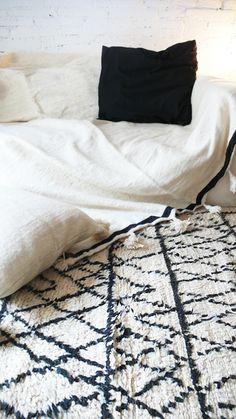 White cotton throw/blanket trimmed in black +tassels Moroccan Decor, Moroccan Rugs, Cheap Carpet Runners, Bohemian Interior, Loft Design, Wool Carpet, Bedroom Carpet, Natural Rug, Home Decor Furniture