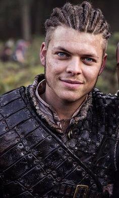 Alex Hogh Andersen (Ivar, the boneless) / Vikings My favourite hairstyle for Ivar ❤️ Ivar Le Désossé, Ivar Ragnarsson, Sons Of Ragnar, King Ragnar, Vikings Show, Vikings Tv Series, History Channel, Ivar Vikings, Ragnar Lothbrok Vikings