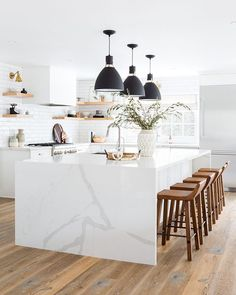This Stunning All-White Kitchen Renovation - athomebyte Interior Exterior, Home Interior, Kitchen Interior, White House Interior, White Interior Design, Interior Livingroom, Interior Plants, Interior Modern, Luxury Interior