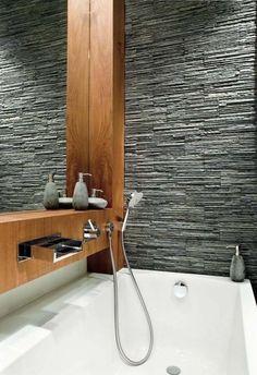 salle de bain moderne: bois et mur aspect pierre grise