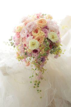 3シェアのセミキャスケードブーケ 八芳園様へ 春の盛りに : 一会 ウエディングの花
