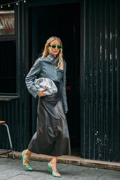 Street style : comment les personnalités s'habillent-elles en cette Fashion Week particulière ?   Vogue Paris Paris Fashion Week Street Style, Cool Street Fashion, Street Chic, Street Style Trends, Star Fashion, Fashion Photo, Fashion Trends, Leonie Hanne, Moda Paris