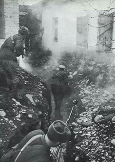 Soviet soldiers streetfighting in Giselle, northern Caucasus, 7 november 1942, pin by Paolo Marzioli