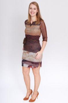 455f0fa257259c Jurkje van fijne stof in bruintinten. De jurk heeft fijn gehaakte mouwtjes