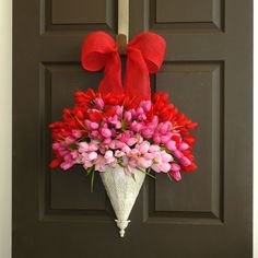 25 Valentines day wreaths with DIY wreaths and wreath tutorials to make heart wreaths and love wreaths. Make valentine wreaths. Mothers Day Wreath, Valentine Day Wreaths, Valentines Day Decorations, Valentine Day Crafts, Easter Wreaths, Holiday Wreaths, Spring Wreaths, Printable Valentine, Homemade Valentines