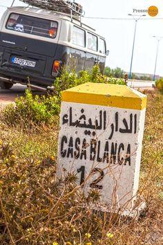 Auf halber Strecke zwischen Mohammedia und Casablanca, der Km-Stein zeigt es an: 26km bis zur 3,8 Mio Einwohner Stadt an der marokkanischen Atlantikküste. Der alte VW-Bus macht gut mit, die Durchfahrt im 3 Stunden-Stau wird allerdings zur Tortur.