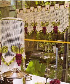 Que encanto na cozinha a capa  para o galão de água em croche  com cachos de uvas.       vasos e cestas de croche   barrados em croche...