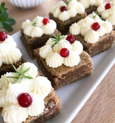 Pepparkaksbrownies med färskostfrosting med smak av apelsin. Christmas Brunch, Christmas Sweets, Baking Recipes, Cake Recipes, Dessert Recipes, Holiday Baking, Christmas Baking, Yummy Treats, Sweet Treats