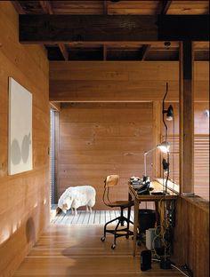 clara e arejada  É um charme, não é?   Paredes e móveis brancos com tapetes em fibra natural, toques de azul em acessórios e a paisagem ...