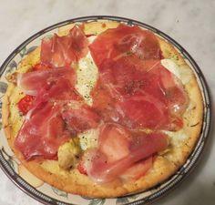 Una pizza quasi bianca, con pochi pomodorini a fettine, lo stracchino a fornire freschezza e il saporito prosciutto toscano di Pratomagno ad impreziosire il tutto a fine cottura. Se volete cimentarvi in un impasto meno tradizionale potete realizzare la Pizza di patate margherita. Procedimento Preriscaldare il forno alla massima temperatura. Tritare grossolanamente la mozzarella e […]