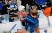 Hombre Golpea Y Deja Inconsciente A Una Anciana En Un Supermercado De Rusia #Video