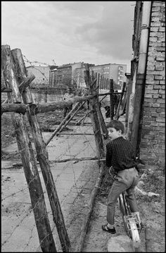 Boy at the Berlin Wall (Berlin, West Germany), Photography taken by documentary photojournalist Leonard Freed. West Berlin, Berlin Wall, Vintage Photographs, Vintage Photos, Foto Vintage, Leonard Freed, History Of Germany, Free Photography, Berlin Photography