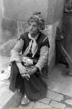 """BARCELONA.- Dolores Bonella i Alcázar..'La Moños'.. Se cuenta que cuando murió en noviembre de 1940 en un asilo por haberse puesto enferma, alguien pagó un entierro muy lujoso y varias coronas de flores que hizo crecer aún más el misterio que escondía """"la moños"""". ¿Tal vez pagó el entierro las familia que le quitó el hijo que la hizo enloquecer?."""