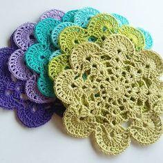 Spring is here. Flower doilies to celebrate #crochet #crochetingeveryday #crochetlover #crochetersofinstagram #ganchillo #craftastherapy #yarn #yarnlover #crochetdoily #crochetcoasters #cottonyarn