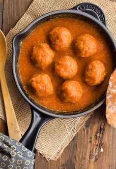 Spanish meatballs in tomato saffron sauce Meat Recipes, Appetizer Recipes, Mexican Food Recipes, Healthy Recipes, Ethnic Recipes, Spanish Dishes, Mexican Dishes, Carne Picada Recipes, Sandwiches