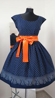 šaty+modrotiskové,+řasená+sukně,+bordura+ušila+jsem+další+z+variant+modrotiskových+šatů+tentokrát+vzor+94+jsou+se+spadenými+rukávky,+sukně+je+vsazena+asi+2cm+pod+pasem,+velmi+vhodné+pro+velikosti+42+a+více....sukně+je+lemovaná+bordurou-vyšší+cena,+bordura+je+jen+po+jedné+ze+stran+látky,+čili+je+vyšší+spotřeba+o+0,5m+ty+na+figurce+jsou+ve+vel+40+a+svou+majitelku+již... Salwar Suits Party Wear, Custom Clothes, Summer Dresses, Womens Fashion, How To Wear, Dots, Summer Sundresses, Women's Fashion, Woman Fashion