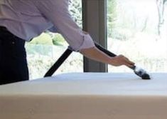 Learn how to clean your mattress with baking soda. You will love the fresh result and it is all natural and will kill the nasties. Baking Soda Face Scrub, Baking Soda For Acne, Baking Soda Cleaning, Baking Soda Shampoo, Diy Shampoo, Baking Soda Uses, House Cleaning Tips, Spring Cleaning, Cleaning Hacks