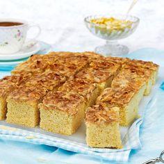 Saftig kaka med knäckigt och sött mandeltäcke.
