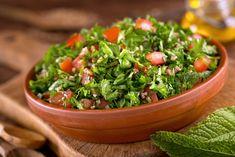 Tocați pieptul de pui și plasați-l într-un bol pentru salată. Adăugați pătrunjelul tocat și folosind mâinile amestecați carnea cu pătrunjelul. Stropiți cu uleiul de măsline și continuați să amestecați. Adăugați sucul de lămâie și sarea după gust. Presărați fulgii de migdale, amestecați și serviți.  Credit Foto: thinkstock/ getty images Poza principala 1 piept de …