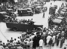 """Los Mineros de Ríotinto capturados en """"La Pañoleta"""", Camas, Sevilla, son sometidos a Consejo de Guerra y condenados a muerte, la foto es a la salida, para después fusilarlos. Domingo 19 de julio de 1936. La """"Columna Minera"""", nutrida mayoritariamente por mineros de la cuenca onubense fue engañada y traicionada por Haro Lumbreras cuando marchaban a Sevilla para ayudar a combatir a los fascistas y defender la libertad."""
