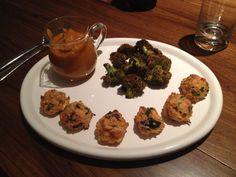 Albondigas de salmon, avena y perejil con brocoli y salsa de tomate, zanahoria y cebolla