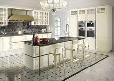 We like! Deze moderne keuken heeft een klassieke uitstraling. In de keukencollectie Snaidero by Tieleman vind je deze prachtige keuken terug. Een witte keuken met een écht nostalgisch gevoel, heerlijk!