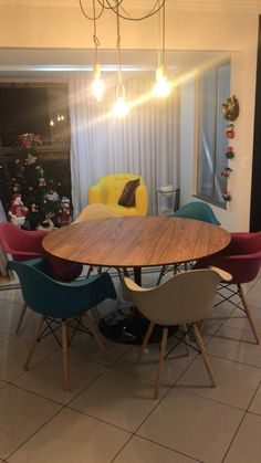 Mesa Tulipa Saarinen de 37cm tempo de Freijó, base de alumínio fundido e tintura automotiva. Saarinen, Dining Table, Base, Furniture, Home Decor, Tulip Table, Home Furnishings, Balcony, Decorating Ideas