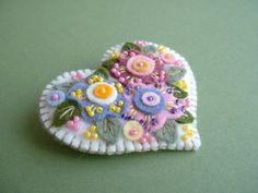 Felt Applique Flower Heart Pin por Beedeebabee en Etsy