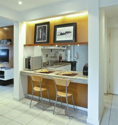 Colocar a cozinha logo na entrada. Em vez de cozinha americana poderia ser bancada mais mesa e cadeiras camufladas