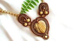 80 LEI | Coliere handmade | Cumpara online cu livrare nationala, din Buftea. Mai multe Bijuterii in magazinul enecon pe Breslo. Soutache Jewelry, Lei, Brooch, Drop Earrings, Brooches, Drop Earring