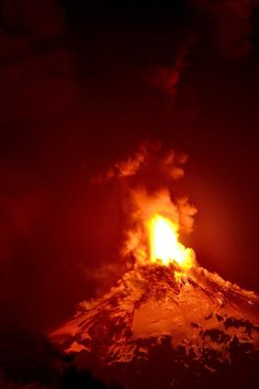 The Villarrica volcano, one of the most active in South America, erupts in southern Chile, spewing ash and lava into the air. Gaia, Volcan Eruption, Chile, Erupting Volcano, Lava Flow, Active Volcano, Wild Nature, Photos Of The Week, Planet Earth