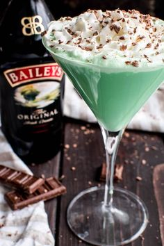 This Baileys Mint Martini is the ultimate combo! Creme de Menthe combined with Baileys Irish Cream in one delicious Baileys drink that's perfect for St. Patrick's Day, Christmas, or any special occasion. This minty martini Baileys Drinks, Baileys Recipes, Baileys Creme, Baileys Irish Cream, Green Cocktails, Cocktail Drinks, Irish Cocktails, Fun Cocktails, Bar Drinks