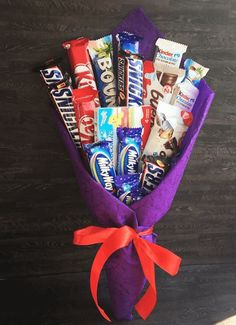 Candy Bouquet Diy, Gift Bouquet, Money Bouquet, Candy Birthday Cakes, Mom Birthday Gift, Diy Food Gifts, Diy Crafts For Gifts, Chocolate Flowers Bouquet, Candy Gift Baskets
