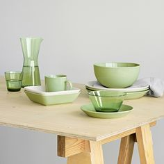 Created in 1952 by Finnish designer Kaj Franck, Teema is the embodiment of Franck's minimalist design ethos. The dinnerware set, which includes platte Green Dinnerware, Dinnerware Sets, Green Queen, Kitchenware, Tableware, Square Plates, Object Lessons, Drinking Glass, Nordic Style