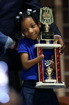 Девочка без кистей рук выиграла конкурс по правописанию