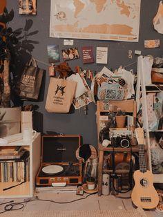 Das ist ziemlich chaotisch, aber mein Zimmer ist in Ordnung – esmeloveandsqualor, It's pretty messy, but my room is fine – esmeloveandsqualor, Retro Room, Vintage Room, Vintage Music, Room Ideas Bedroom, Diy Bedroom Decor, Sala Grunge, Deco Cool, Cosy Room, Grunge Room