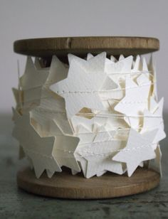 Make garland by sewing paper stars made with punch.do it with butterflies. Noel Christmas, Simple Christmas, All Things Christmas, Winter Christmas, Xmas, Christmas Ornaments, Ideas Decoracion Navidad, Navidad Diy, Navidad Simple