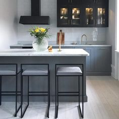 Small but very chic two-tone kitchen - Interior by Sofia Small Open Plan Kitchens, Open Plan Kitchen Living Room, Home Decor Kitchen, Kitchen Interior, Kitchen Design, Open Plan Kitchen Inspiration, Small Apartment Living, Home And Deco, Interior Design Inspiration