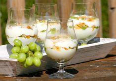 Gläser gefüllt mit Krokant-Traubencreme und Weintrauben