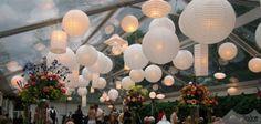 Sous la tente pour le mariage